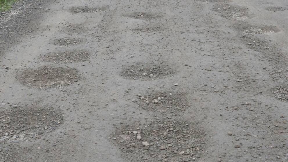grusväg full av gropar