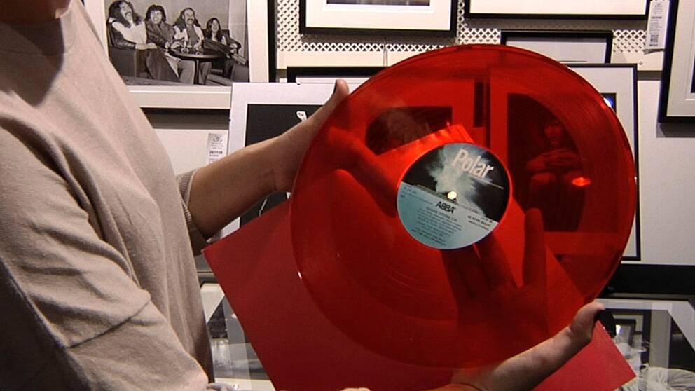"""ABBAS maxisingel """"Hovas vittne"""" som skrevs till Stikkan Andersson då han fyllde femtio säljs på Pop- och rockauktionen på Stockholms auktionsverk."""