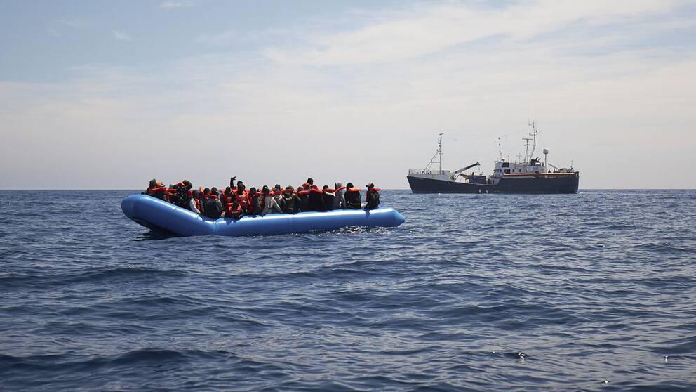 Migranter i en båt på Medelhavet