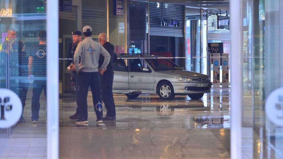 Bilen som körts in i Linden köpcentrum i Norrköping och satts i brand.