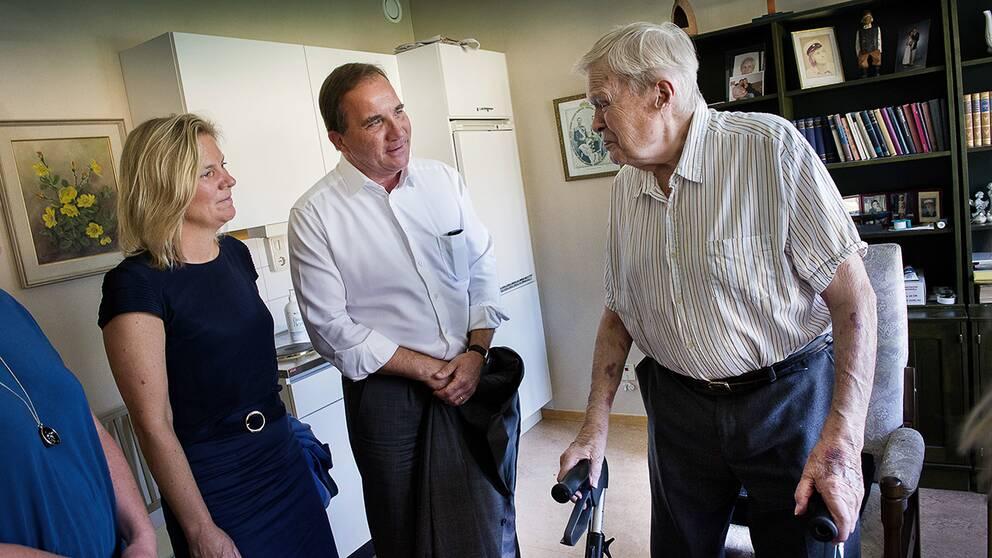 Stefan Löfven och Magdalena Andersson presenterade vallöftet om traineejobb vid en pressträff på äldreboendet Brommagården i Bromma.
