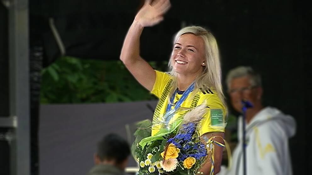 Bild på Hanna Glas när hon vinkar till publiken på Stora torget i Sundsvall.