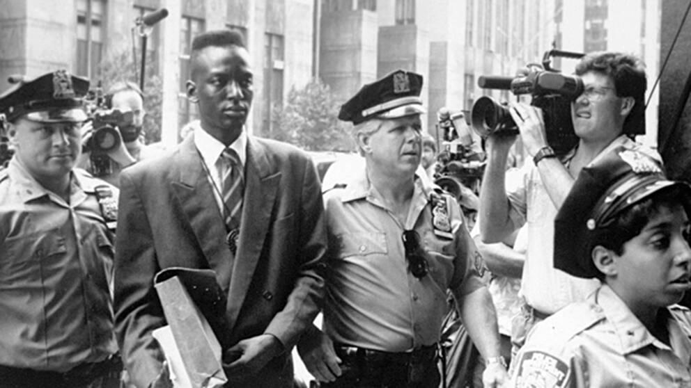 Arkivfoto från 1990. Yusef Salaam som var en av fem tonårspojkar som anklagades för att ha överfallit och våldtagit en kvinna i Central Park 1989 blir bortförd av polis i New York 1990. De anklagade satt flera år oskyldigt dömda i fängelse och har nu tilldömts ett rekordsort skadestånd.