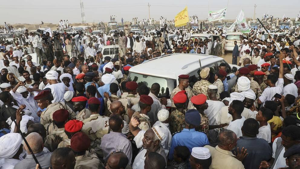 Folk som samlats när Sudans näst högste ledare Mohamed Hamdan Daglo höll tal under helgen.