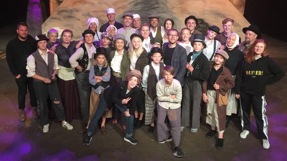 Gruppbild av ensemblen som spelar oliver på Kolhusteatern