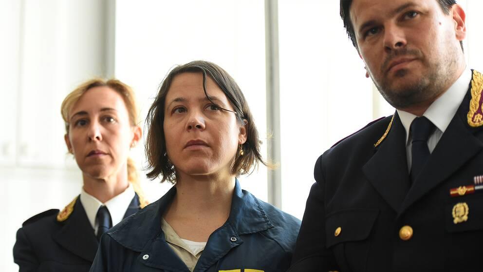 Poliser och agenter vid en presskonferens efter ett stort tillslag mot maffian i Italien och USA.