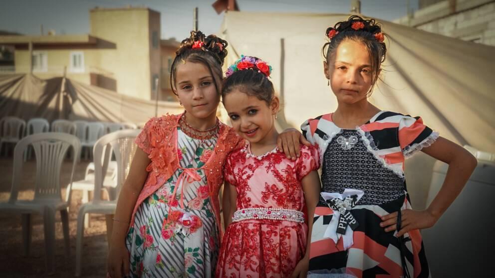Tre uppklädda flickor.
