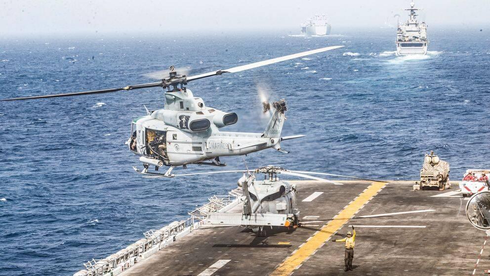 En av amerikanska marinkårens UH-1Y Venom helikoptrar lyfter från örlogsfaryget USS Boxer när det befinner sig i Hormuzsundet den 18 juli 2019 då den iranska drönaren skjuts ned.