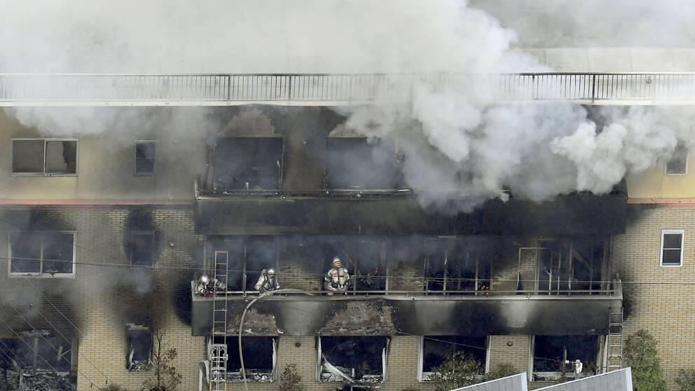 Brandmän som släcker branden i trevåningshuset där animestudion fanns i Kyoto, Japan.