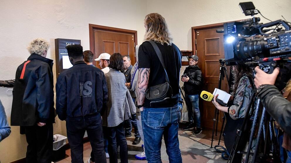 Häktningsförhandlingar hölls mot den amerikanske rapparen ASAP Rocky och flera medlemmar i hans turnéteam den 5 juli i år.