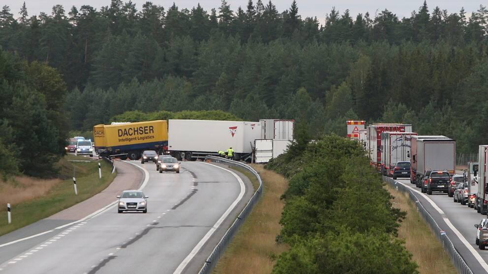 Två lastbilar kolliderade på E4