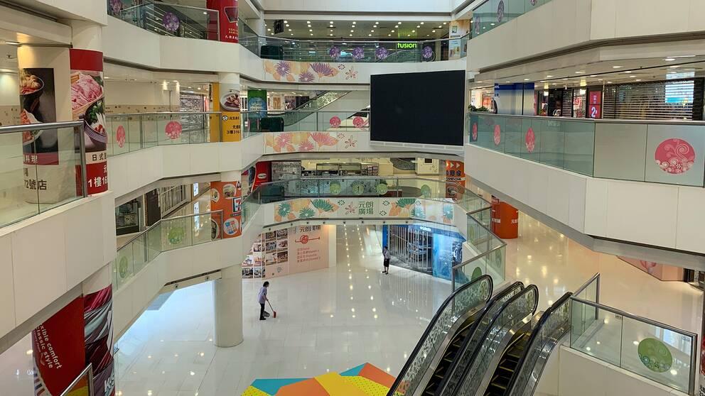 Stängda butiker i en shoppinggalleria i Yuen Long, Hongkong.