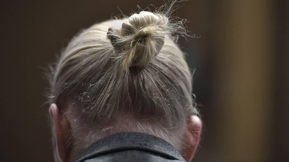 Blond man med långt uppsatt hår.