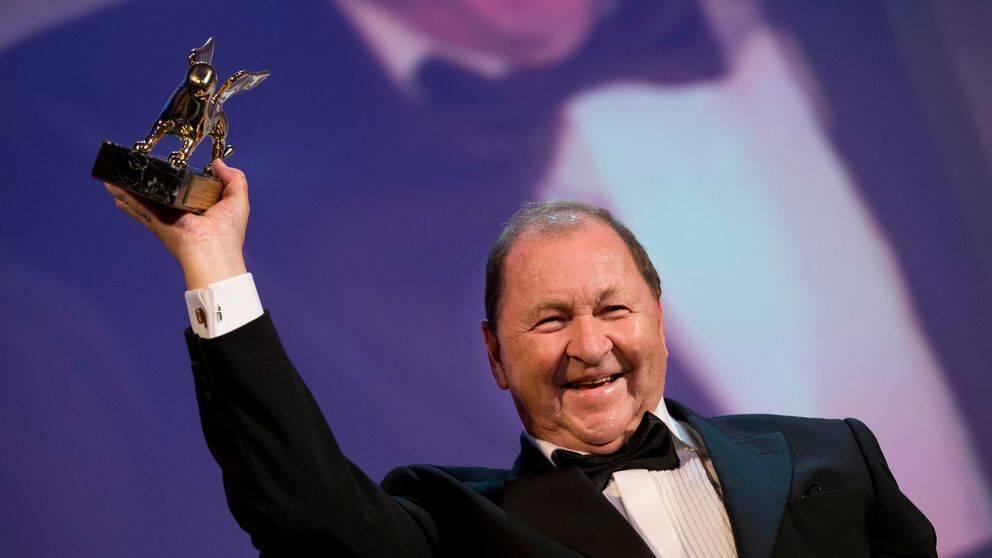 Roy Andersson med sitt Guldlejon på filmfestivalen i Venedig 2014