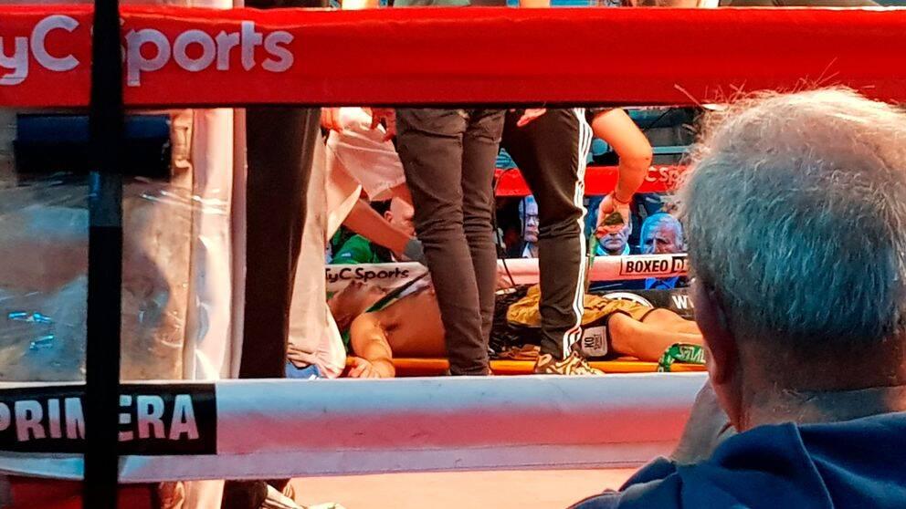 Hugo Santillan på bår efter att ha kollapsat i ringen.