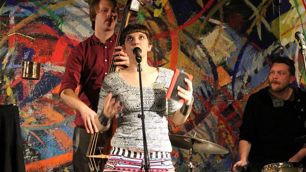 Henrietta Sjöberg metaforbrottas på scenen som sin karaktär Rhythmus.