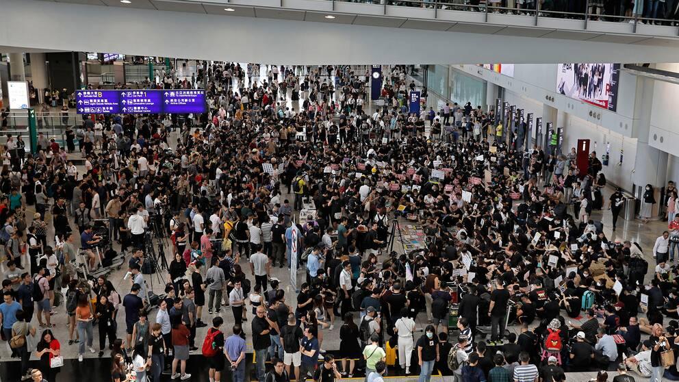 Demonstranter samlas på en flygplats i Hongkong.