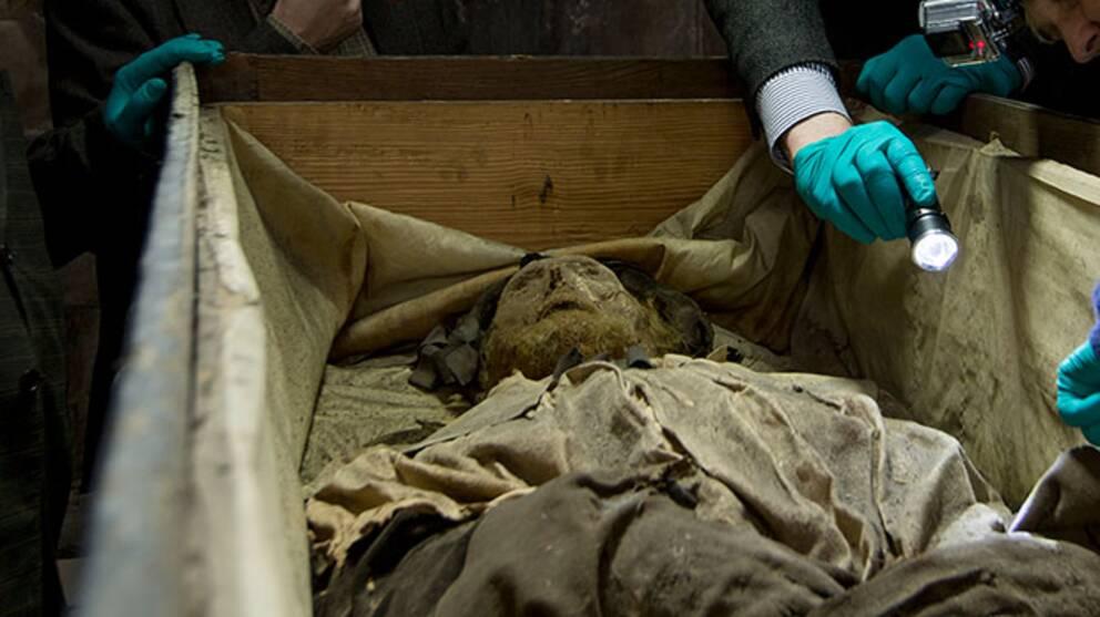 Den mumifierade biskopen Peder Winstrup har legat begravd i Lunds domkyrka i över 300 år.