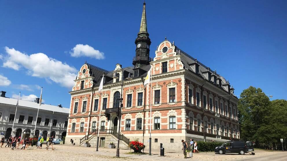 Exteriörsbild av rådhuset i Söderhamn.