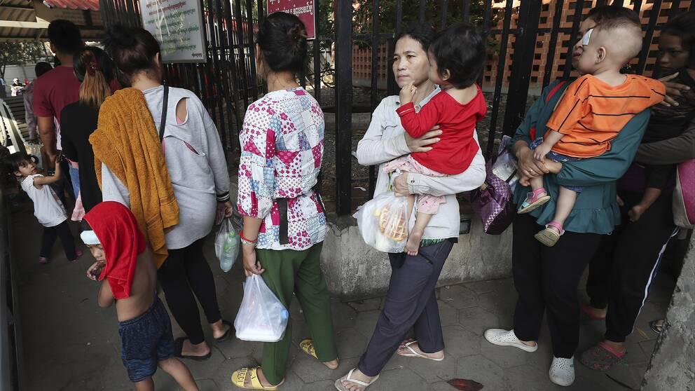 Människor som köar för att göra hälsokontroll vid ett barnsjukhus i Kambodjas huvudstad Phnom Penh.