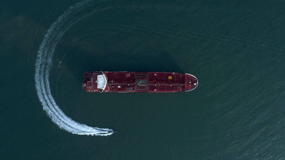 En Iransk båt cirkulerar runt den beslagtagna oljetankern Stena Impero.