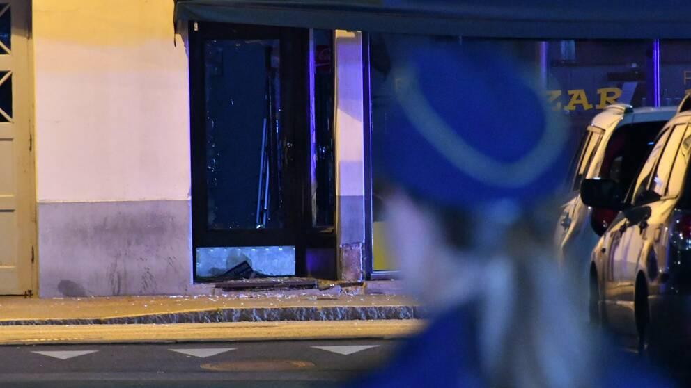 Polisen står utanför en pizzeria där något har exploderat.