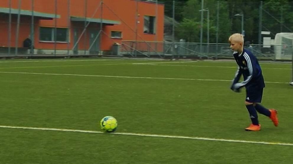 Ivar pelaa mieluiten jalkapalloa.