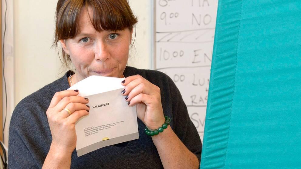 Miljöpartiets språkrör Åsa Romson röstar i Aspuddens skola i Stockholm.