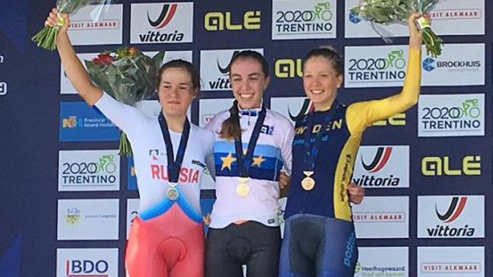 Wilma Olausson, till höger, jublar efter sitt EM-brons.