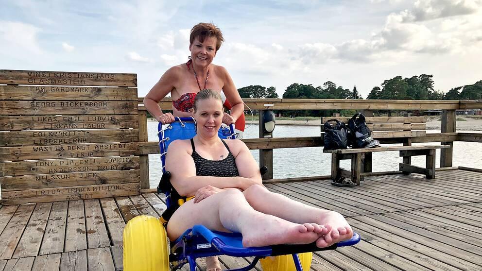 Unga Funkisar vill att kommunerna satsar mer på att göra badplatser rullstolsvänliga. Anna Pettersson sitter med i styrelsen, här med sin ledsagare.