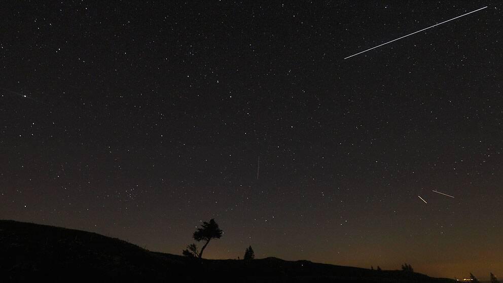 Meteorbältet Perseiderna syns på natthimlen över Genevesjön och Mont Blanc