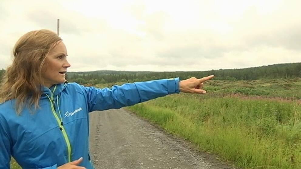 Caroline Hildahl pekar ut över området där en solcellspark ska byggas i Östersund