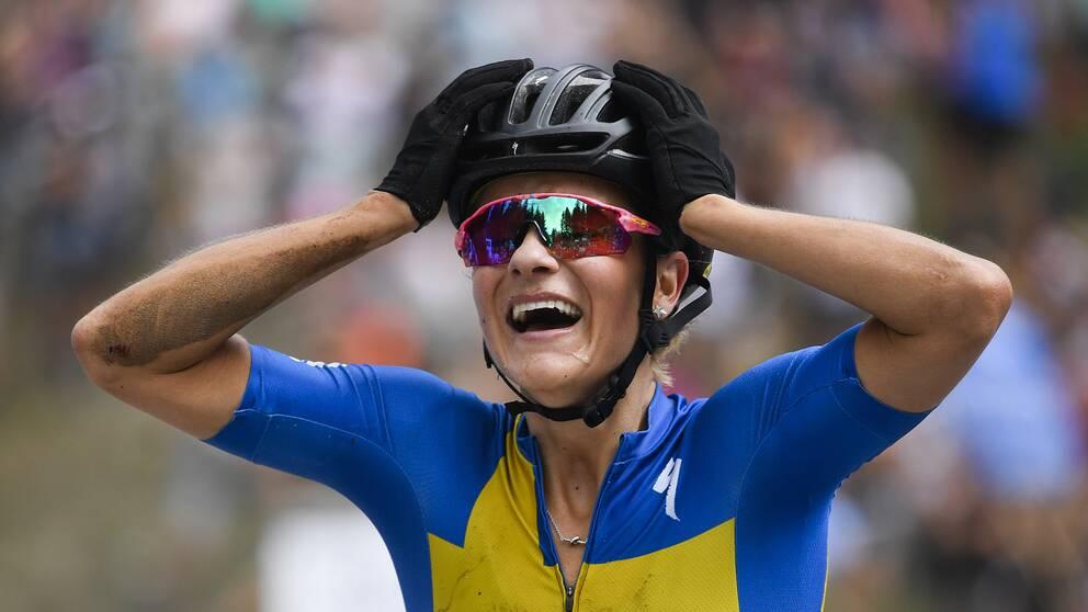 Jenny Rissveds jublar efter sin första världscupseger sedan comebacken.