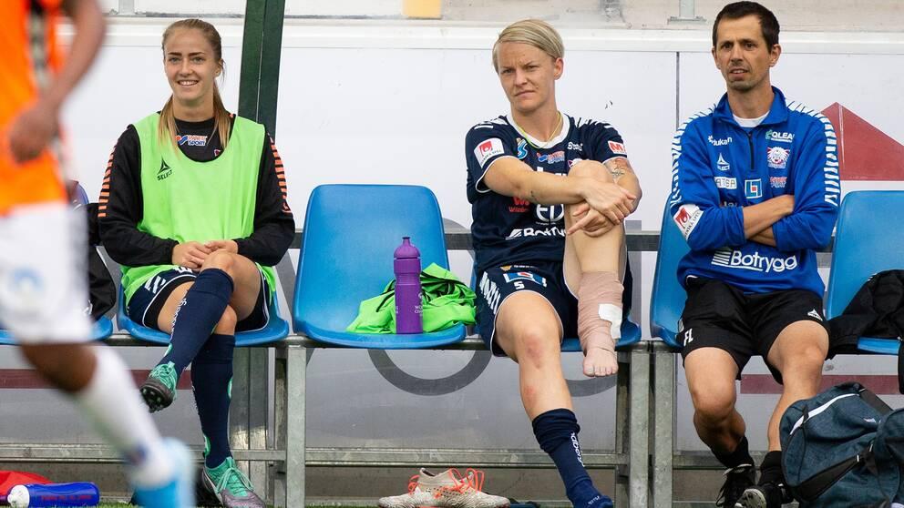 Linköpings Nilla Fischer med lindat ben på bänken under fotbollsmatchen i Damallsvenskan mellan Linköping och Kristianstad den 10 augusti 2019 i Linköping.