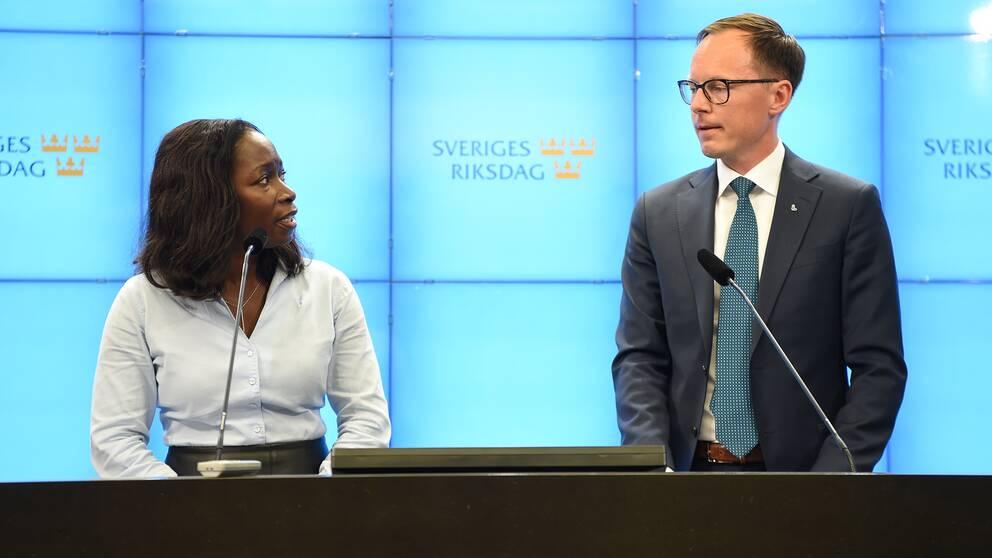 Partiledare Nyamko Sabuni presenterar Mats Persson som ekonomiskpolitisk talesperson för Liberalerna vid en pressträff i riksdagens presscenter.
