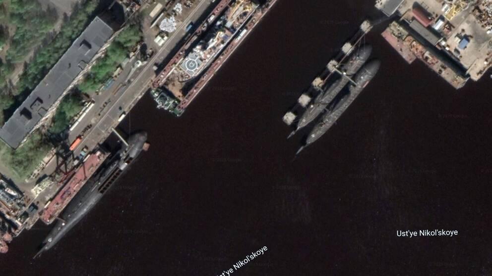 Satellitbild av tre atomdrivna ubåtar med kapacitet för kärnvapen i marinbasen i Severodvinsk 75 mil från Haparanda. Ubåten av Oscar-klass (vänster) har robotluckorna öppna. Två Akula ubåtar syns till höger.