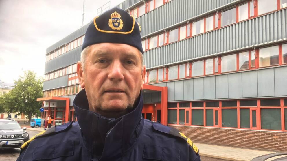 en medelålders man i polisunifrom utanför polishuset i Gävle