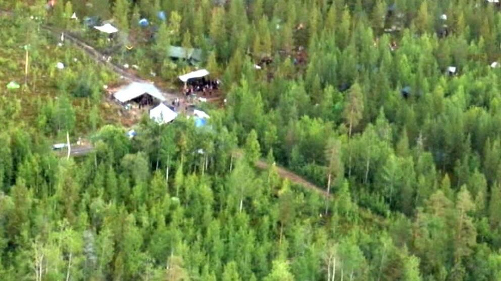 flygbild över tältläger i skogen