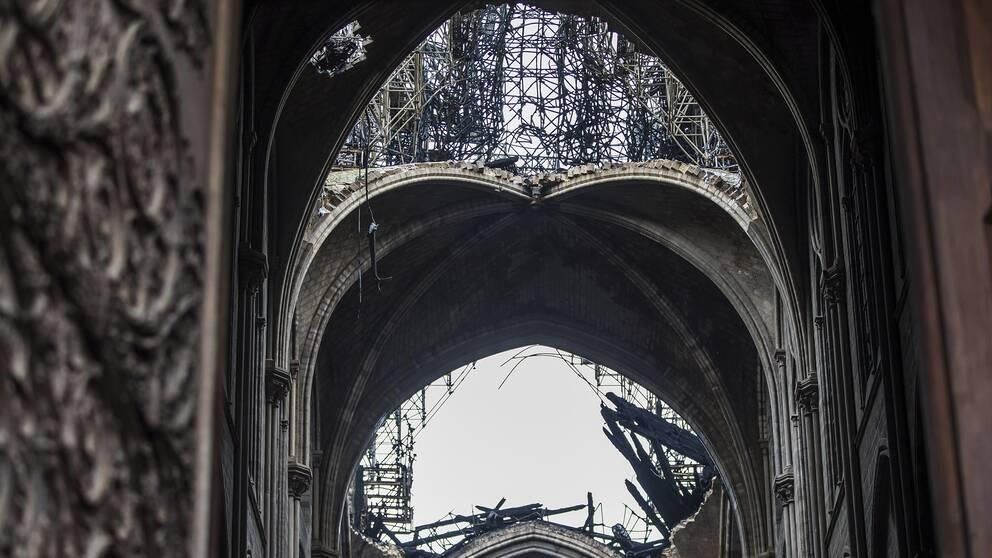 Ett hål i raket på Notre-Dame.