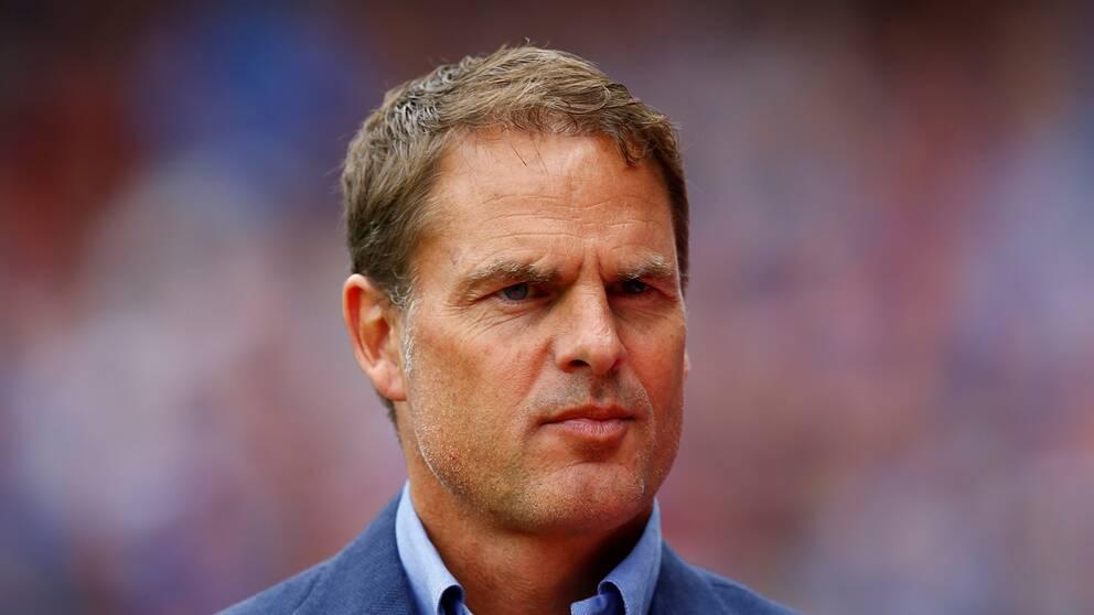 Frank de Boer ångrar sig ett sitt uttalande om lönerna inom damfotbollen.