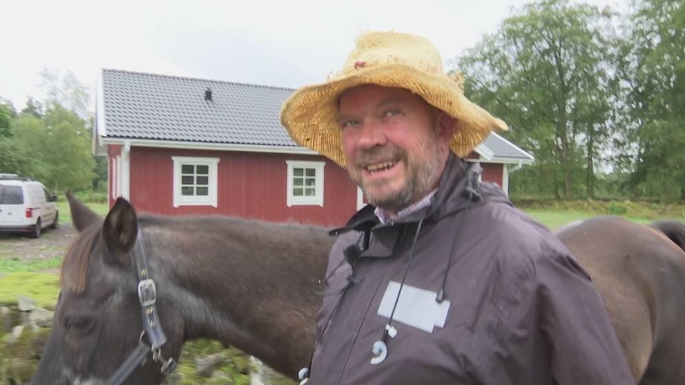 Det är svårt för Glenn Henner att inte dra på smilbanden när han är ute på hästpromenad.
