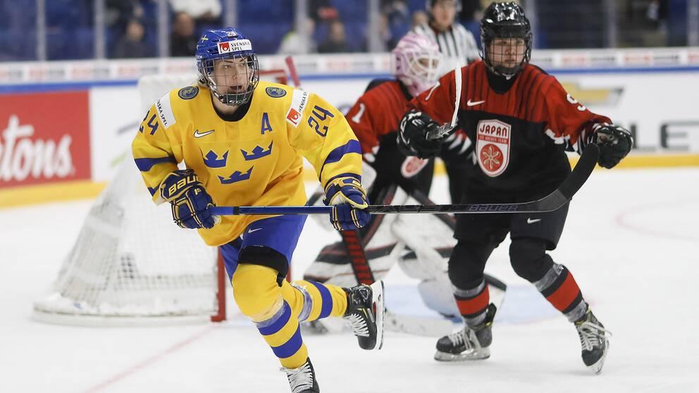 Erika Grahm, Sverige, och Japans Kanami Seki under ishockey-VM tidigare i år.
