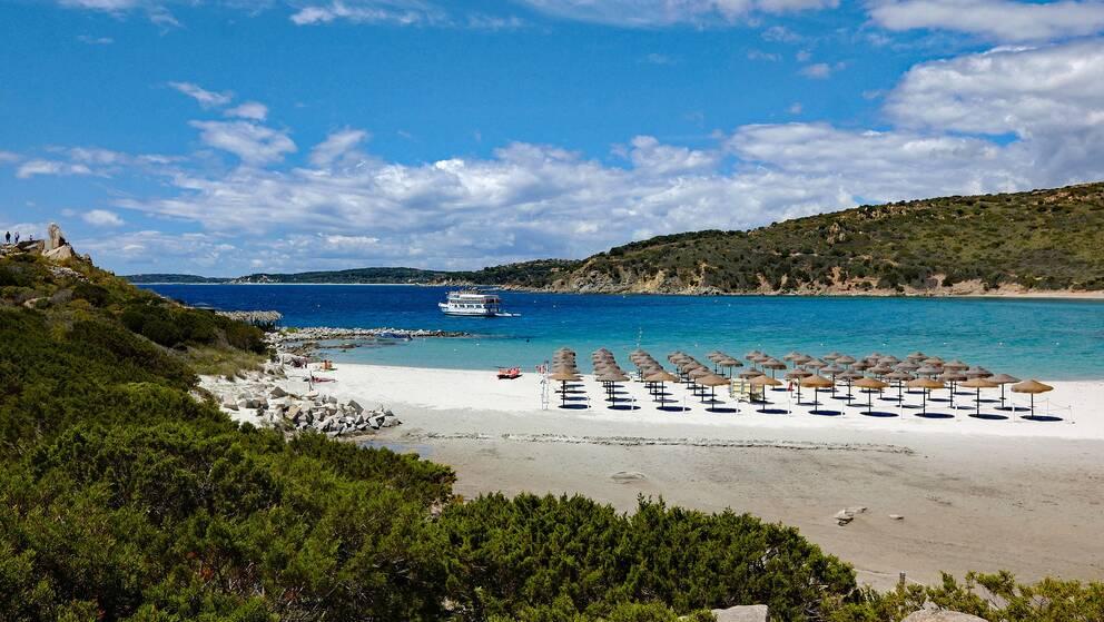 Sanden togs på en sandstrand i Sardinien. Det är oklart om det är från den stranden som är på bilden.