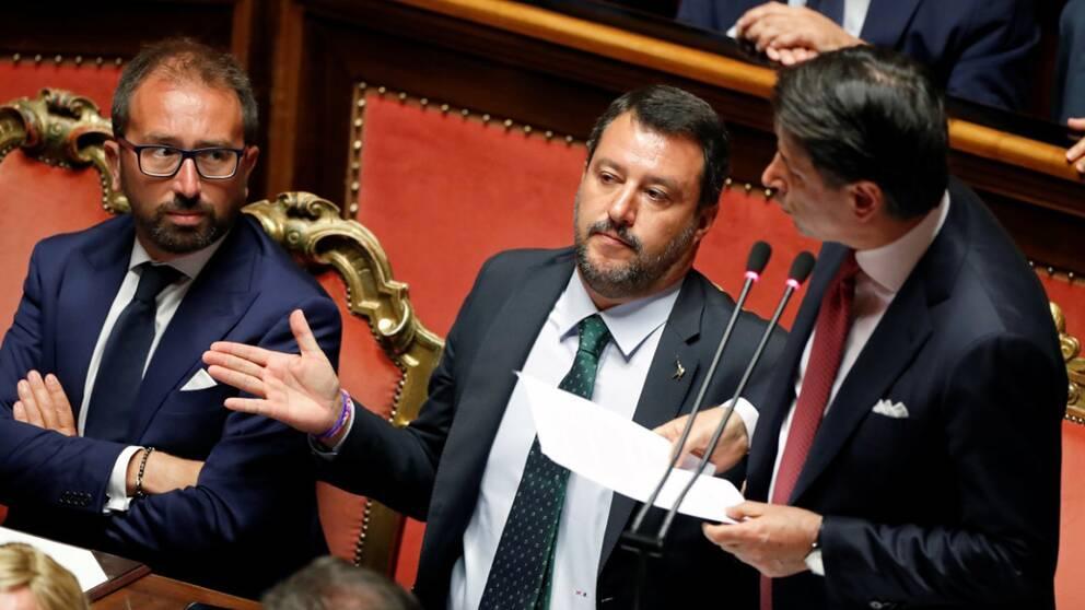 Matteo Salvini gestikulerar medan Giuseppe Conte håller sitt tal i senaten under tisdagen.