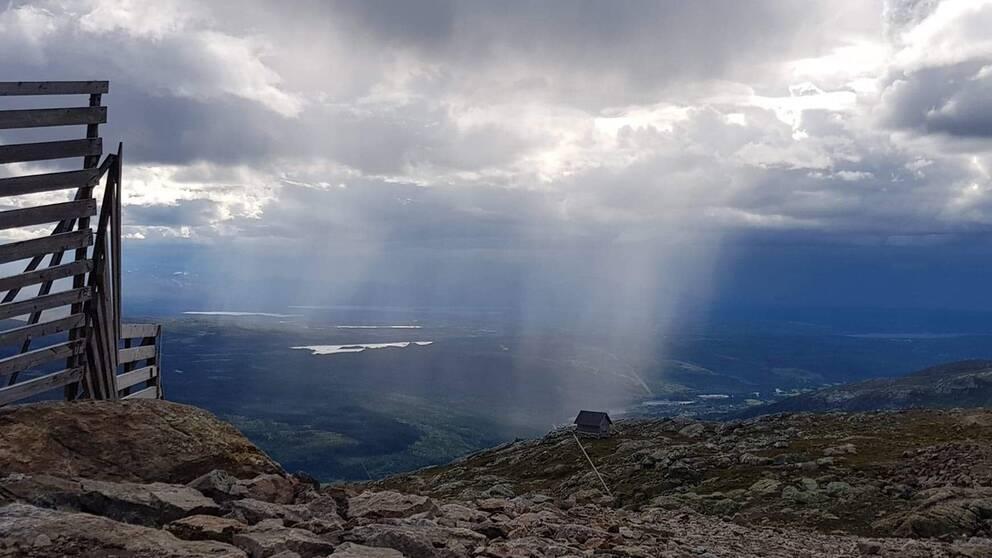 Toppen Åreskutan strax innan regnet kommer.