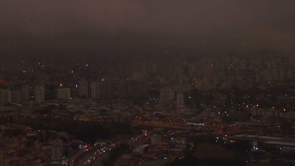 Röken från bränderna mörklade hela São Paulo mitt på dagen.