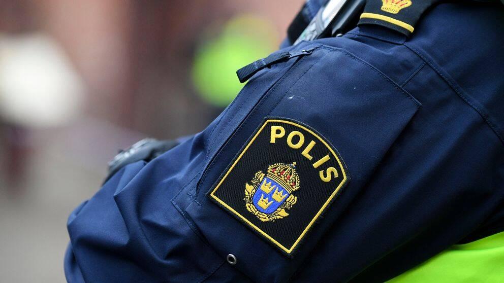 Polis i uniform på gata i dagsljus. Genrebild.