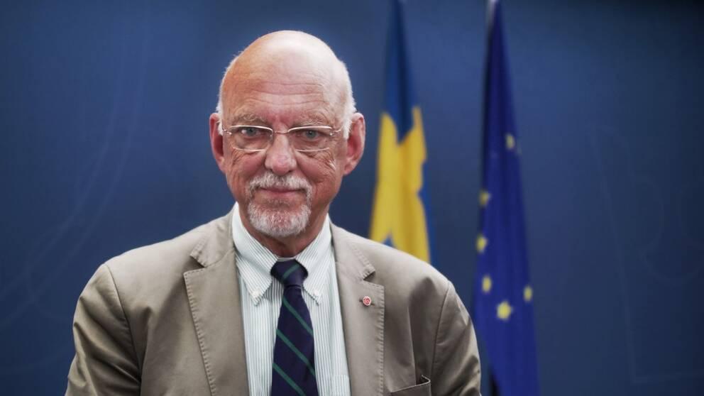 Hans Dahlgren står framår svenska flaggan och EU-flaggan