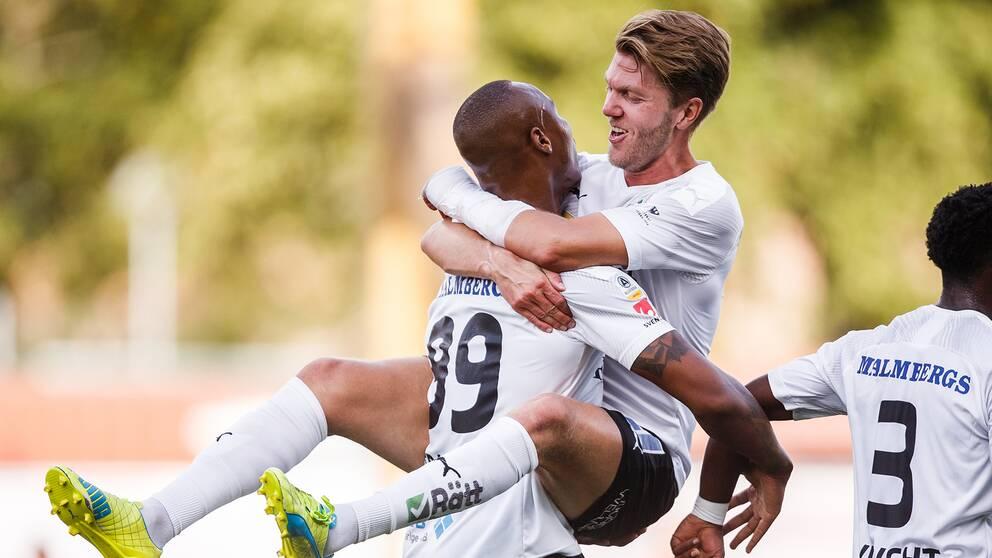 Carlos Strandberg kramas om av Martin Broberg efter 2-0