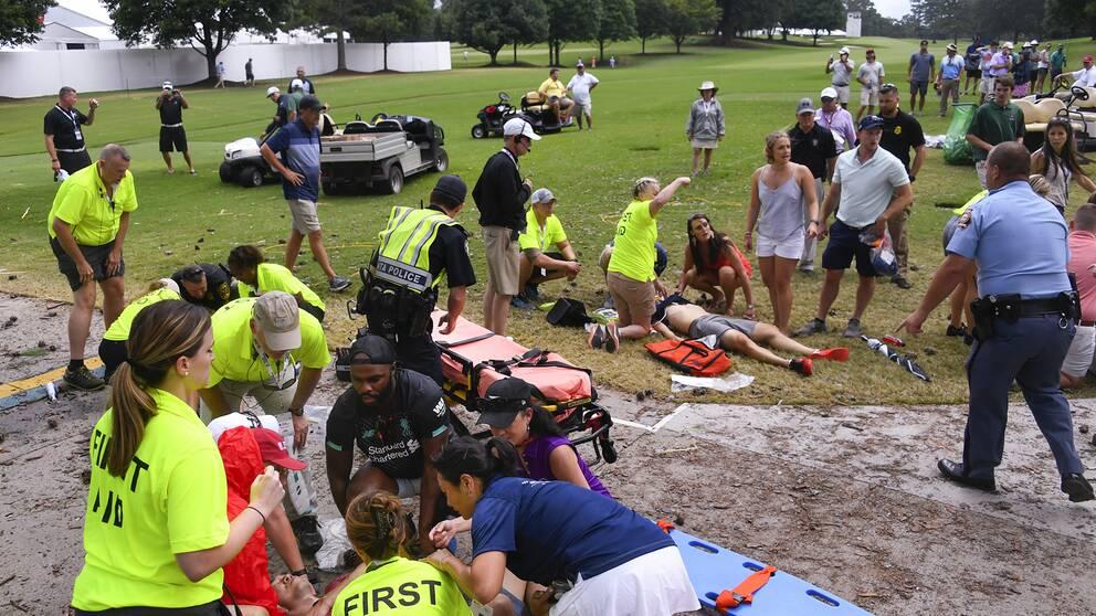 Vårdpersonal på plats efter att blixten slagit ned och skadat flera åskådare i East Lake, Atlanta – ingen av de drabbade ska ha ådragit sig livshotande skador, enligt PGA.